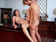 Curly namorado fode linda Lana Rhoades no local de trabalho e ela será acionado se o chefe pega-los