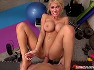 Visą bosomed puikus Kayla Kayden su bamba pradurta su malonumu praktikos sekso kamera