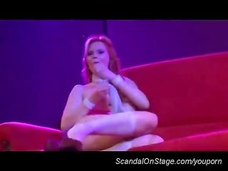 Стриптизёрша мастурбирует прямо на сцене клуба