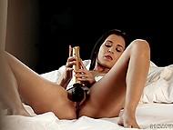 Vacker flicka vill nå orgasm så hon fingrar fitta och klipp av den med kraftfullt gyllene vibrator