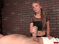 Masseuse with pierced navel agrees to issue to the client handjob surcharge