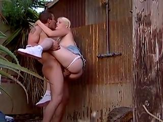 Блондинка с двумя косичками любит озоровать