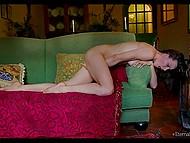 Hermosa niña ucraniana Olivia Wye se masturba tan apasionadamente que el orgasmo no mantener a su espera