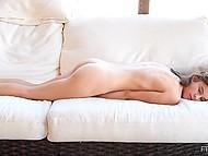 Hämta ung tjej onanerar på den vita soffan liggande på bröstet i solo-video