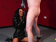 Curvă într-un costum de vinil a reușit să-și lanț de un om, iar acum ea este de gând să-i dea o labă