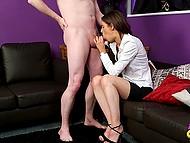 Rapaz explicou a estudante, que ela teve que chupar e dar-lhe o prazer sexual com seu bichano