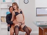 Empresário de sucesso não está no negócio, mas também no sexo com adorável secretário