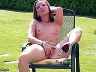 Dobře vypadající model Allison svlékne se donaha, aby hračka její kunda, zatímco ležel na lehátku
