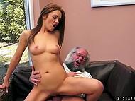Old man patronerna är full att knulla ingefära hora ung nog att vara hans styvdotter
