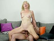 Свидание заканчивается для юнца и милой бабули отличным сексом на диване