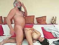 Мужчина в больших очках хоть и в преклонном возрасте, но задаёт жизни во время ебли с молоденькой тёлочкой