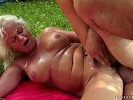 Gamle blonde behøver ikke at onanere røvhul, fordi anal expert dukker op i tid