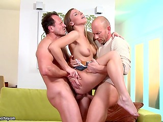 Двое парней схватили возбуждённую девушку и вошли в её две дырочки одновременно