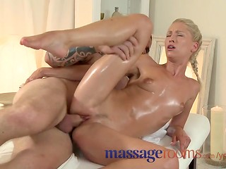 Blonde masseuse works her pussy around oiled cok