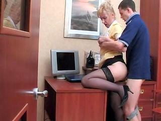 Зрелая русская блондинка соблазнила пацана