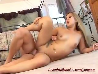 Азиатка с красивыми длинными волосами занялась страстным сексом на полу