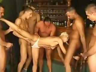 Неповторимая короткостриженая блондинка решается на жёсткий секс с множеством голодных партнёров