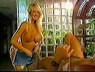Интересный винтажный фильм о грудастой блондине и её сильном любовнике