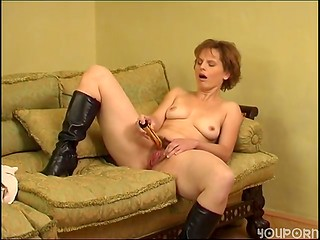 Hairy pussy of mature woman gets stroked