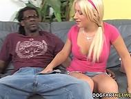 Пока отчим на работе молодая девушка приглашает чёрного парня, чтобы попробовать его шоколадную палочку 4