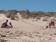Похотливый извращенец следит за парочками, занимающимися сексом на нудистском пляже 4