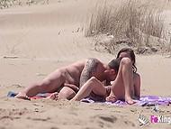 Похотливый извращенец следит за парочками, занимающимися сексом на нудистском пляже 6