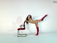 Голое тело легкоатлетки такое гибкое, а волосы падающие на маленькие сиськи, потрясны 6