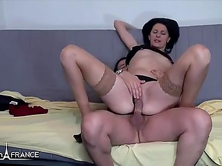 Brunette MILF knew in advance she was invited just for blowjob and pussy-nailing