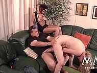 Немка в сетчатом наряде наблюдает за тем, как сучка с пирсингованным соском прыгает на члене грузного мужика 7