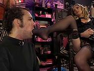 Самочка даёт послушному рабу лизать сладенькую киску и надевает страпон, чтобы трахнуть его 4