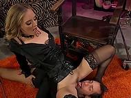 Самочка даёт послушному рабу лизать сладенькую киску и надевает страпон, чтобы трахнуть его 6