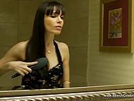 Самочка с тёмными волосами Dana DeArmond собирается встретиться с клиентом для траха за деньги 10