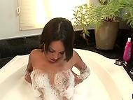 Дива латинской внешности Zeina Heart плавает в бассейне, а в ванне мастурбирует 9
