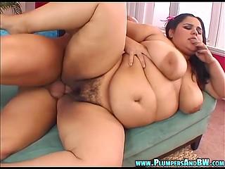 Излишний вес делает латинскую девушку ещё привлекательнее для лысого великана в плане пежни