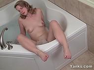 Миловидная шалунья любит мастурбировать днями напролёт, причём самыми разными путями 4