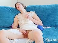 Миловидная шалунья любит мастурбировать днями напролёт, причём самыми разными путями 9