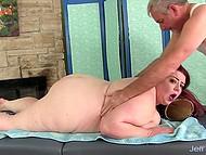 Интригующая секс-бомба с жирным телом пришла на массаж, где ей помастурбировали игрушкой 5