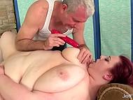 Интригующая секс-бомба с жирным телом пришла на массаж, где ей помастурбировали игрушкой 6