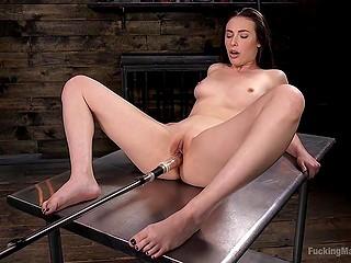 Во время забав с секс-машиной сучка Casey Calvert не боится отдать на растерзание попку