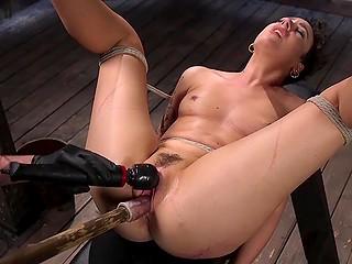 Тёлочка связана и мужик может заставить её делать всё, что хочет и даже кончать