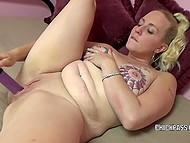 Соло видео, в котором девушка с пирсингом сосков и татуировками паутины вокруг них шалит с вибратором 9