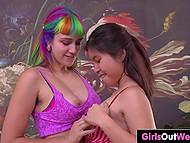 Притягательная азиатка знает как удовлетворить эмошницу с волосатыми подмышками и киской 5