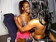 Чёрная девушка оттянула трусики в сторону, чтобы партнёрша по залу отымела её страпоном 4