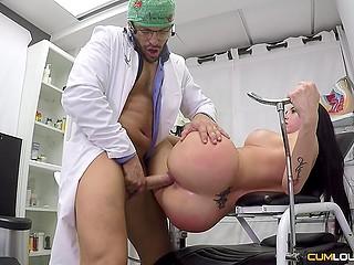 Доктор лижет и трахает мокрую киску пациентки с чёрными волосами на гинекологическом кресле
