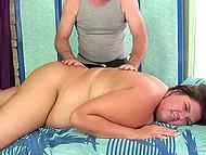 Седовласый массажист с помощью вибратора расслабляет пышную клиентку до невозможности 11