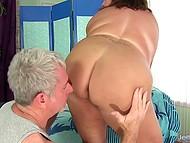 Седовласый массажист с помощью вибратора расслабляет пышную клиентку до невозможности 4