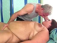 Седовласый массажист с помощью вибратора расслабляет пышную клиентку до невозможности 8