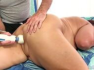 Седовласый массажист с помощью вибратора расслабляет пышную клиентку до невозможности 9