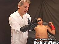 К счастью возбуждённой чёрной женщины в красном бикини, электрошокер сел и мужик просто дал ей на рот 6