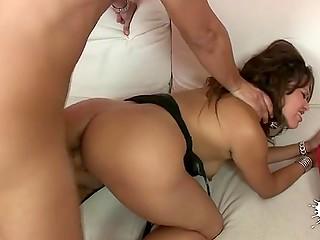 Манящую латинскую женщину с большими серьгами в ушах трахают в испанском порно видео